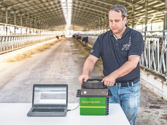 Stejně jako na řezačce umožňuje HarvestLab získávat data o sušině a kvalitě sklízené hmoty a v tomto případě navíc i data o již zfermentované kukuřičné siláži či senáži. Získáváte tak informace o obsahu sušiny či o ADF, NDF, N-látkách, škrobu či cukrech.